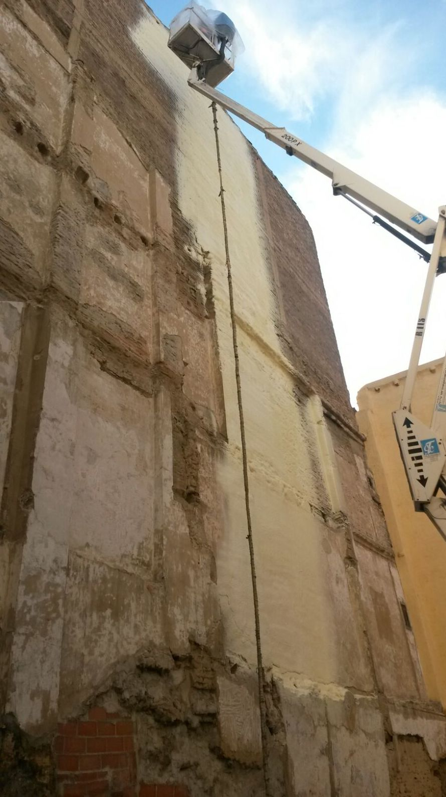 Aplicación de revestimiento impermeabilizante en fachada