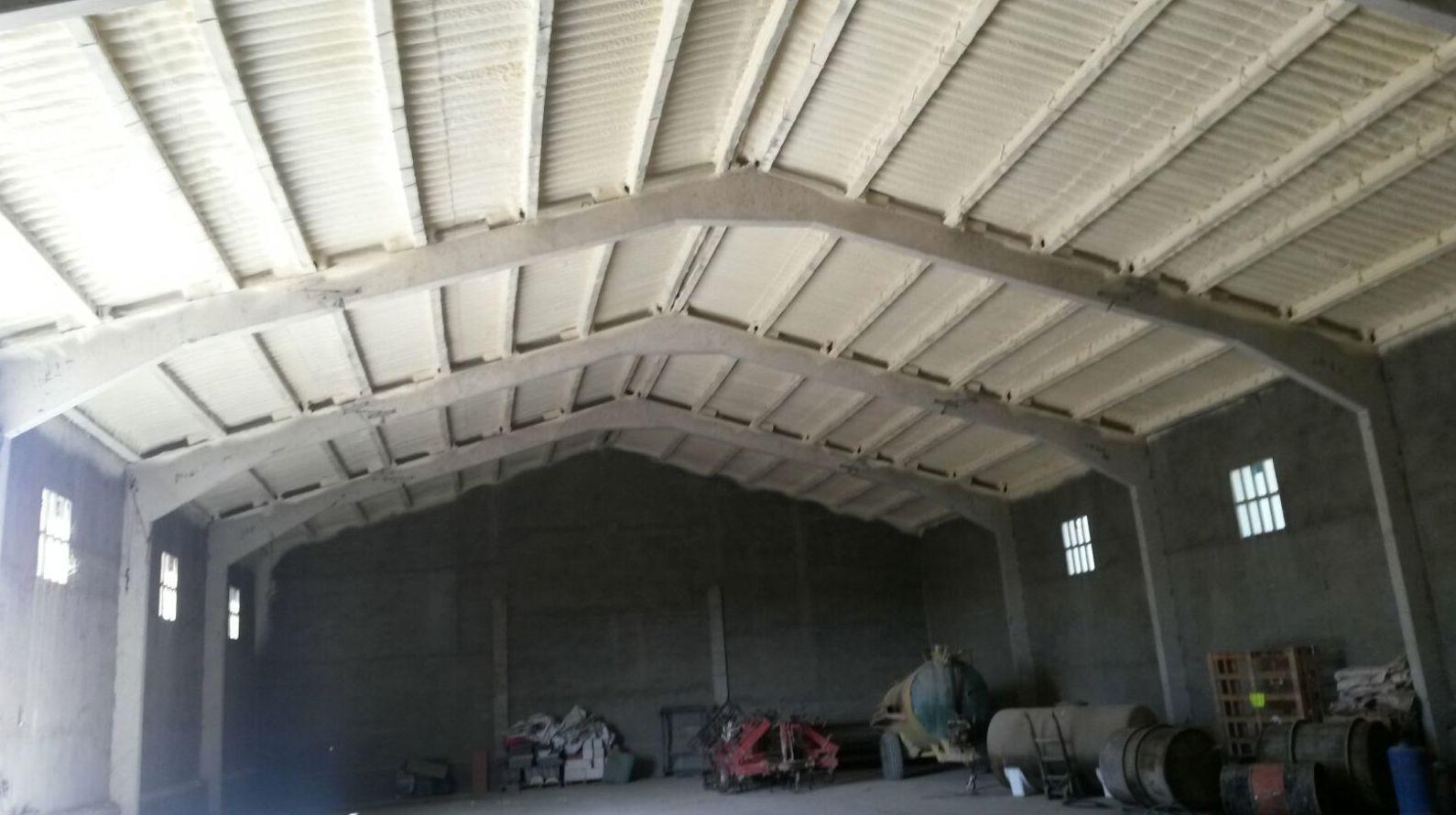 Aislamiento con espuma rígida de poliuretano sobre  techos de nave.