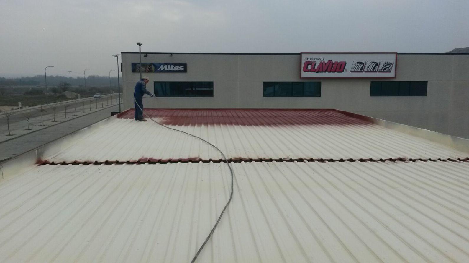 Proyección de espuma rígida de poliuretano sobre techado de chapa.