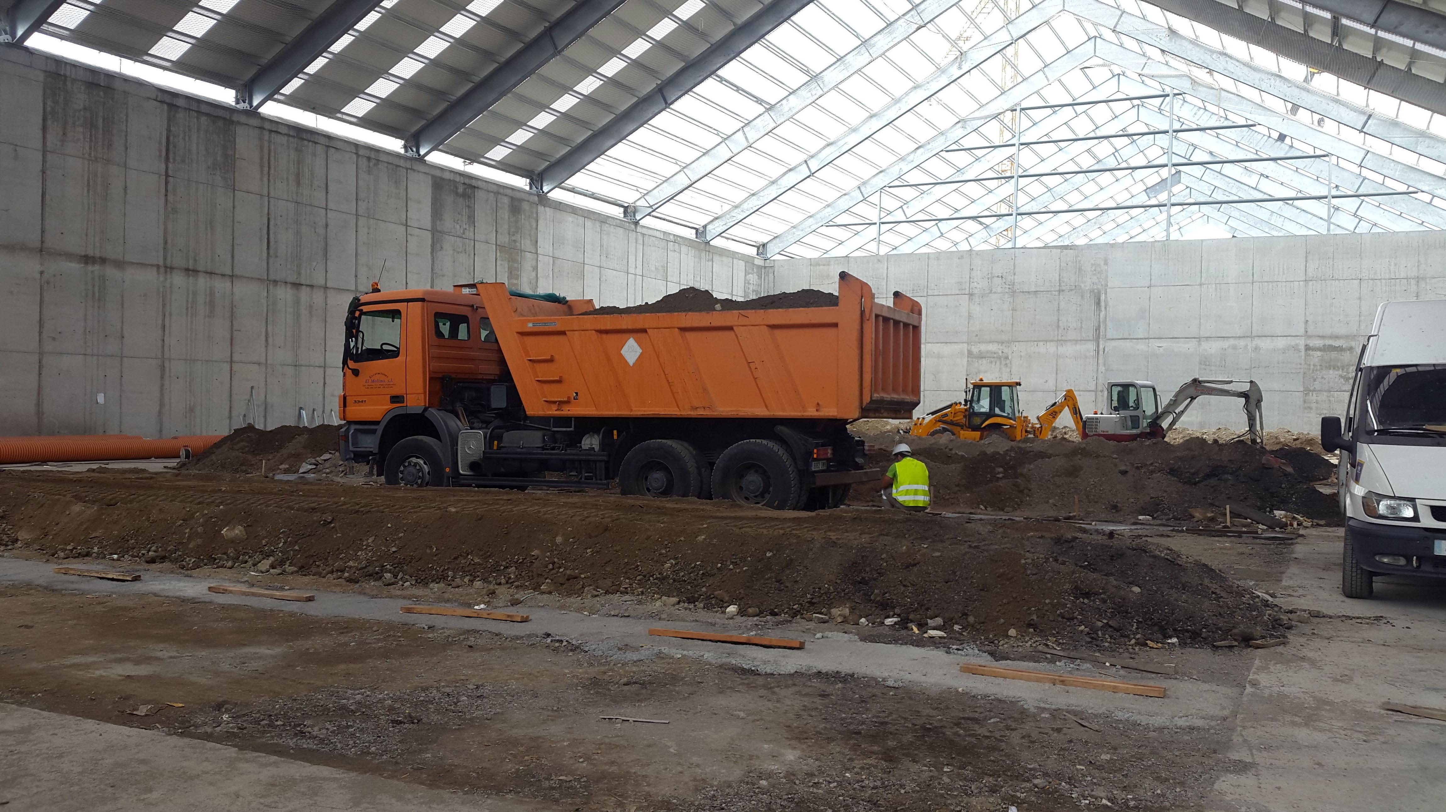 camiòn dumper mercedes 6x6: nuestras maquinas de Excavaciones El Molino, S.L.