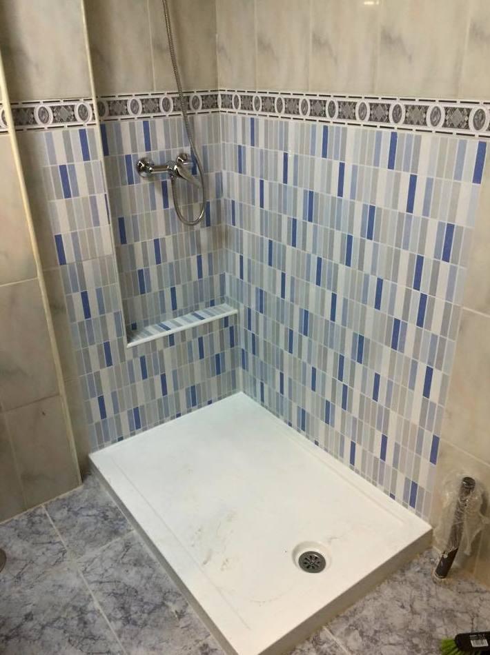 Plato de ducha acrílico con bajo en micro mosaico Eva azul