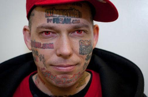 El drama del hombre que cubrió su cara con tatuajes publicitarios y ahora no tiene dinero para borrarlos