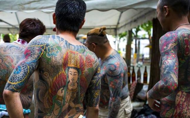 Miembros de la Yakuza muestran los tatuajes de sus torsos durante la segunda jornada del Sanja Matsuri. Anadolu Agency / GettyImages
