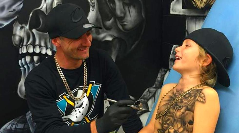 Benjamín Lloyd disfruta con la sonrisa de los niños a los que tatúa (Facebook/ Benjamín Lloyd)