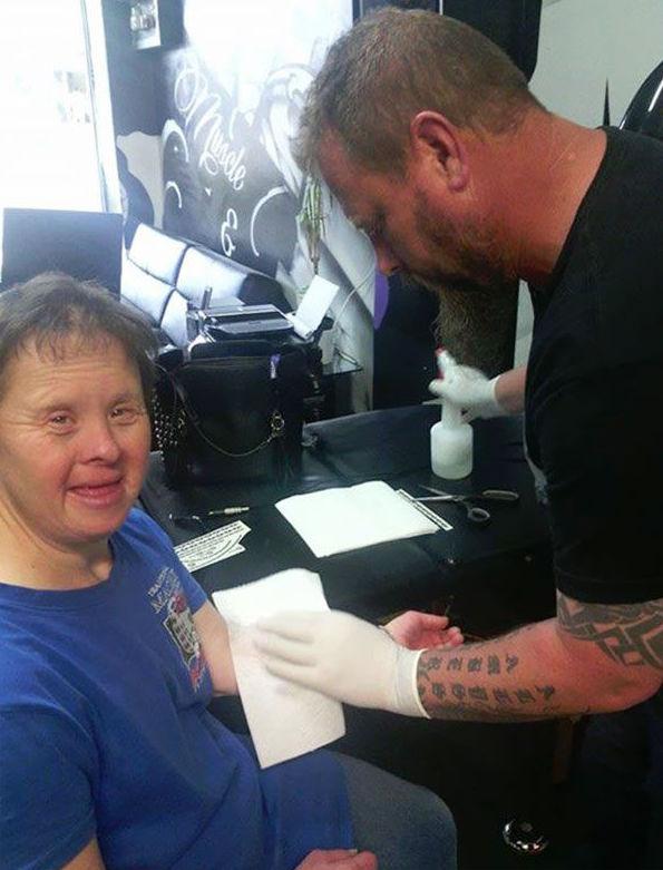 Los últimos tres meses, Suzie ha estado recibiendo tatuajes de Jason Ward todos los viernes.