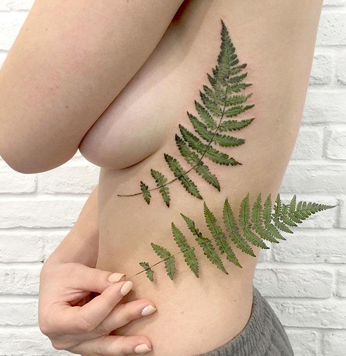 Esta tatuadora usa hojas y flores reales como plantillas para crear tatuajes únicos (+Fotos)