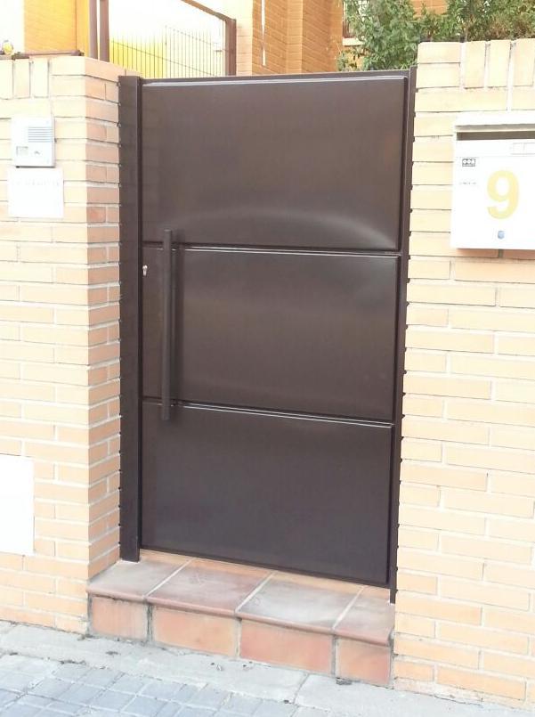 Puerta peatonal de casetones de chapa madrid
