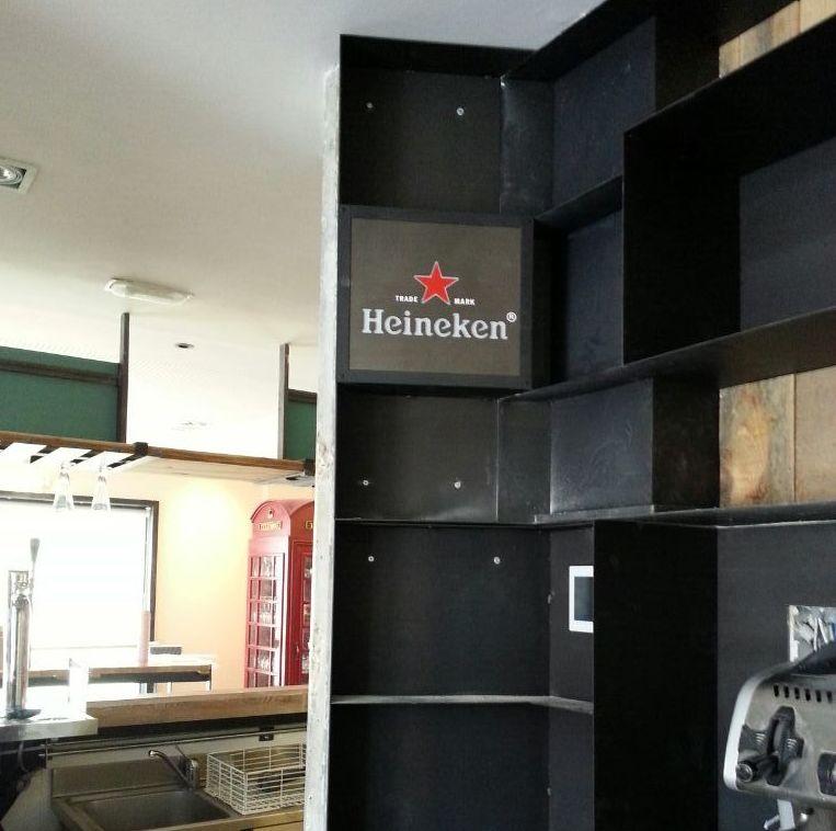 Mueble bptellero de hierro para restaurante heineken