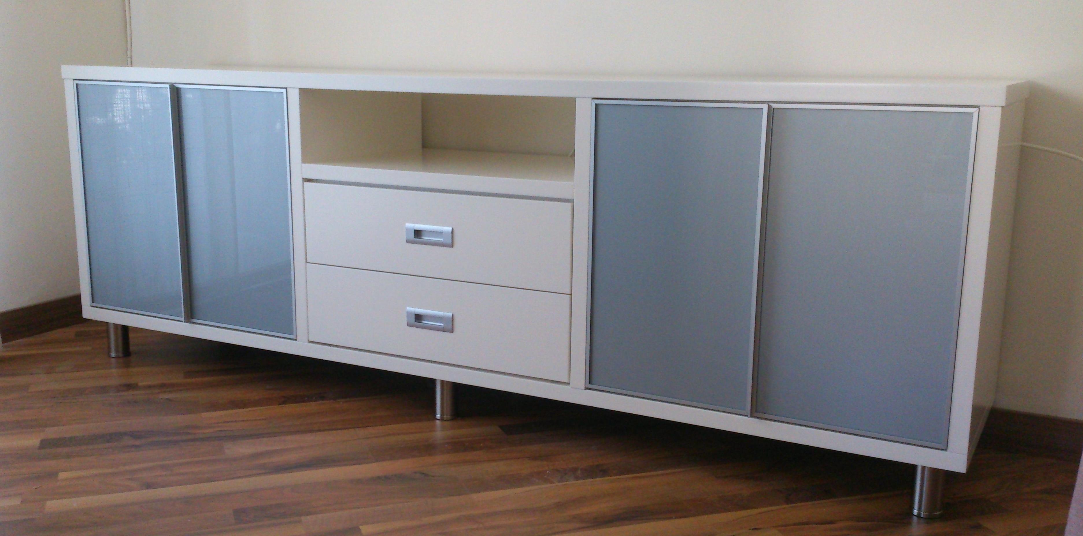 Mueble bajo para salón con puertas con cristal Lacobel en Acero