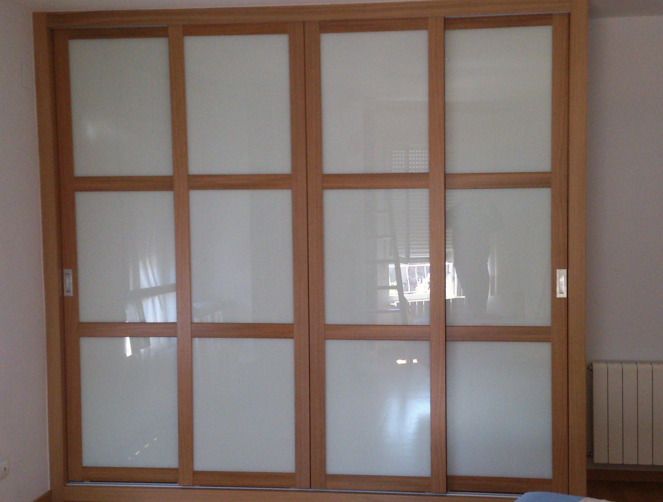 Frente de 4 puertas correderas Mod. Elegance en Roble y cristal Lacobel Blanco