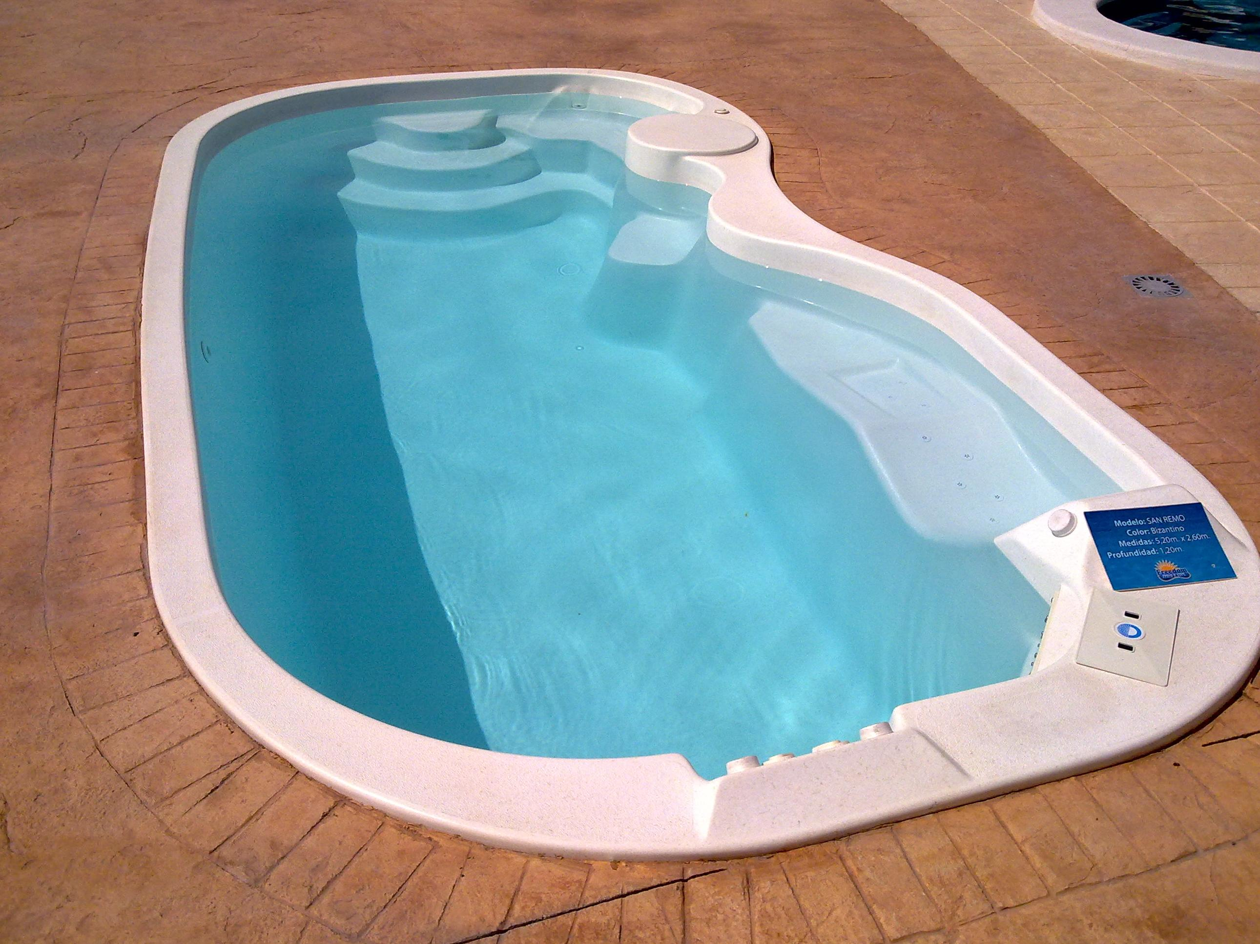 Piscinas freedom pool piscinas y accesorios de ardigral for Piscinas con gresite blanco