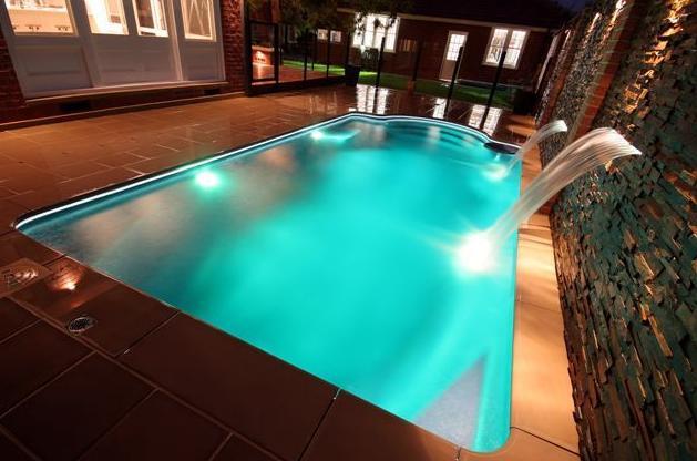piscina Grecian noche