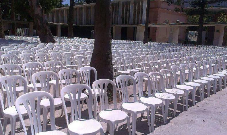 Con sillas de resina blanca