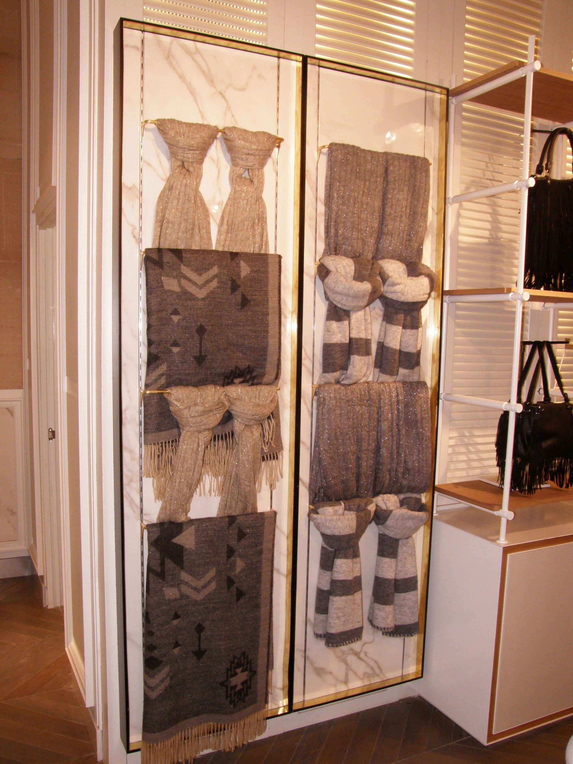 Vitrina para pañuelos en tienda de ropa