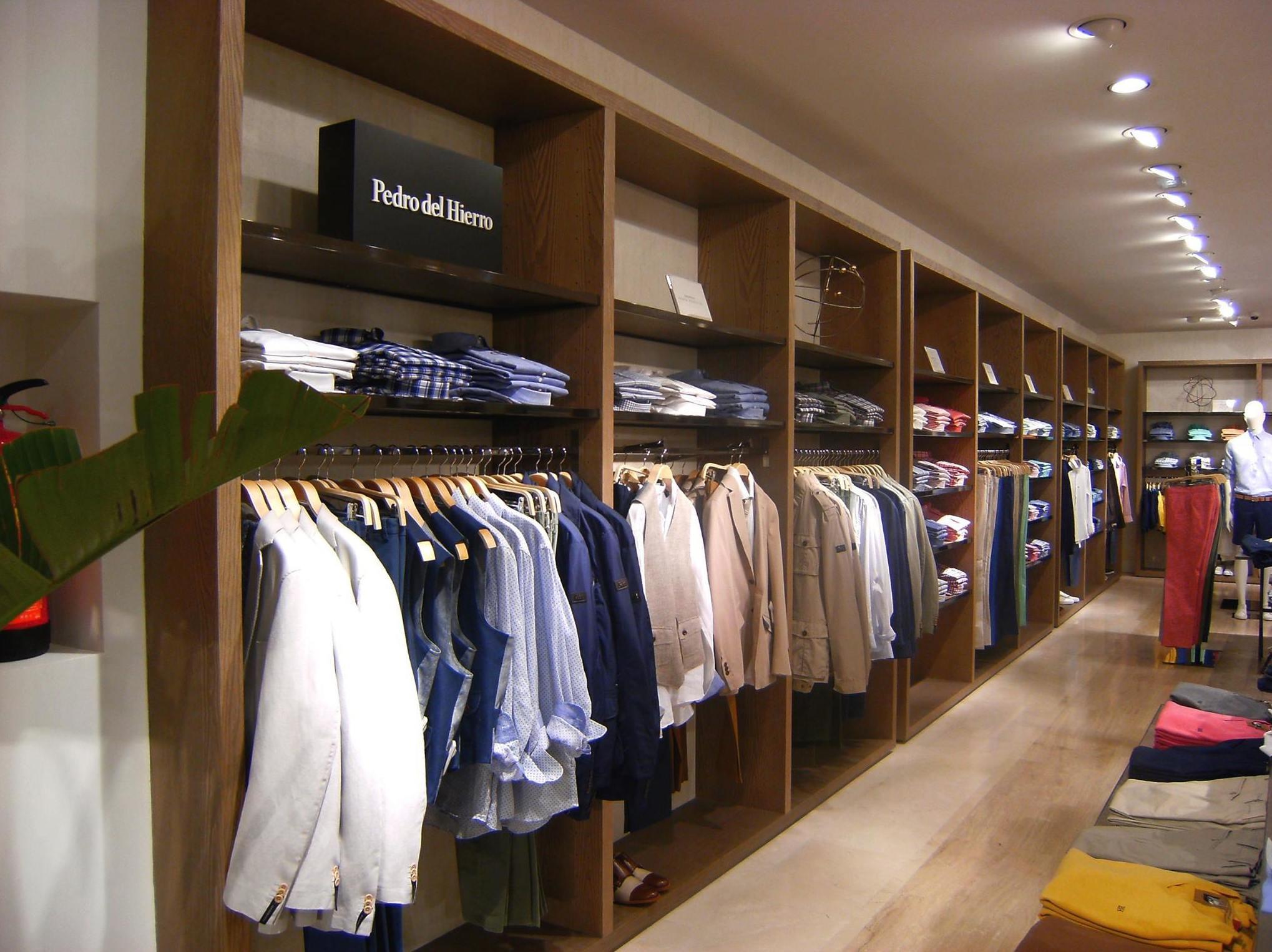 Ejecución proyectos interiorismo y mobiliario comercial sector Retail (Tiendas Grupo Cortefiel)
