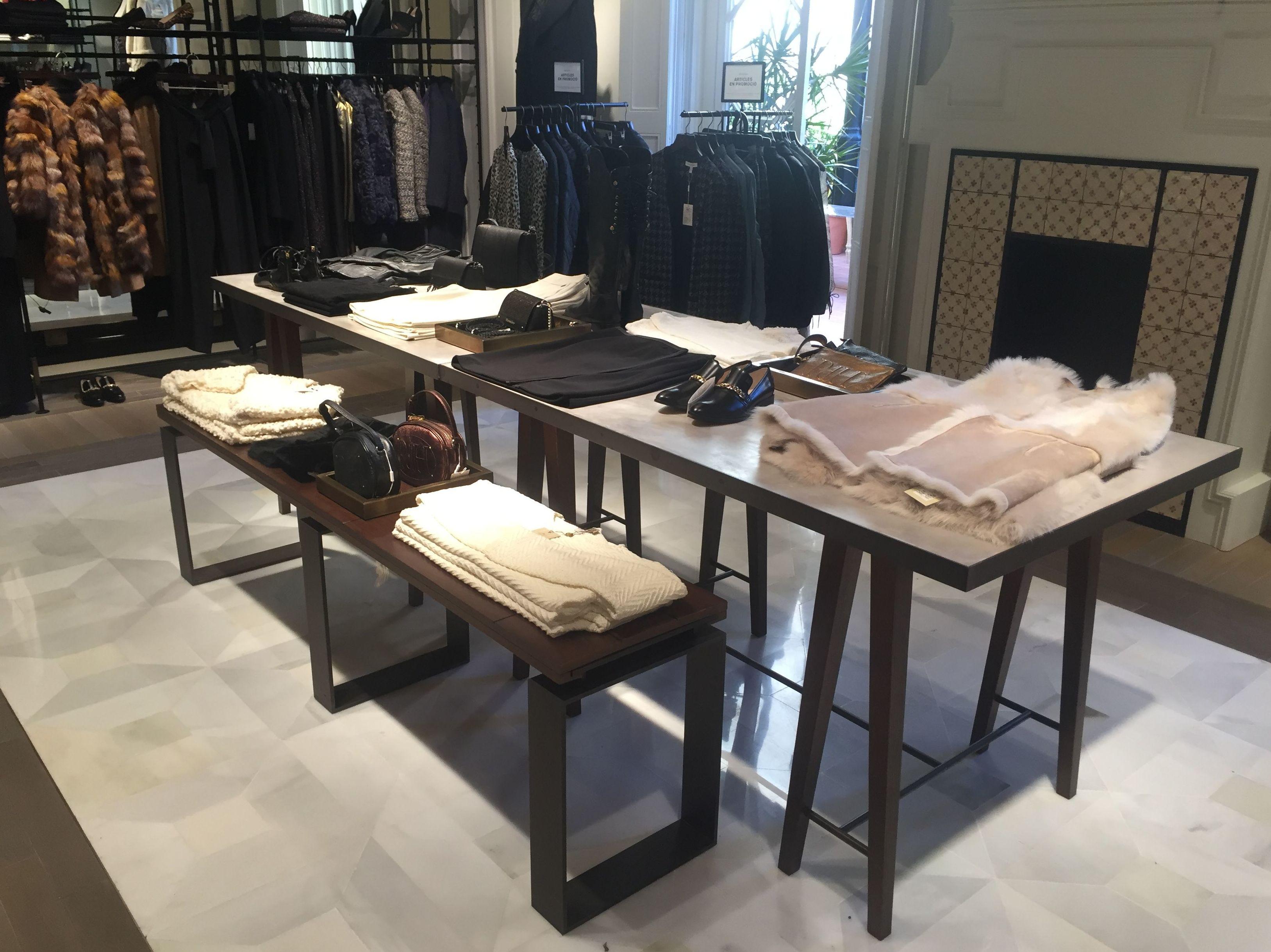 Mesa para ropa de mujer
