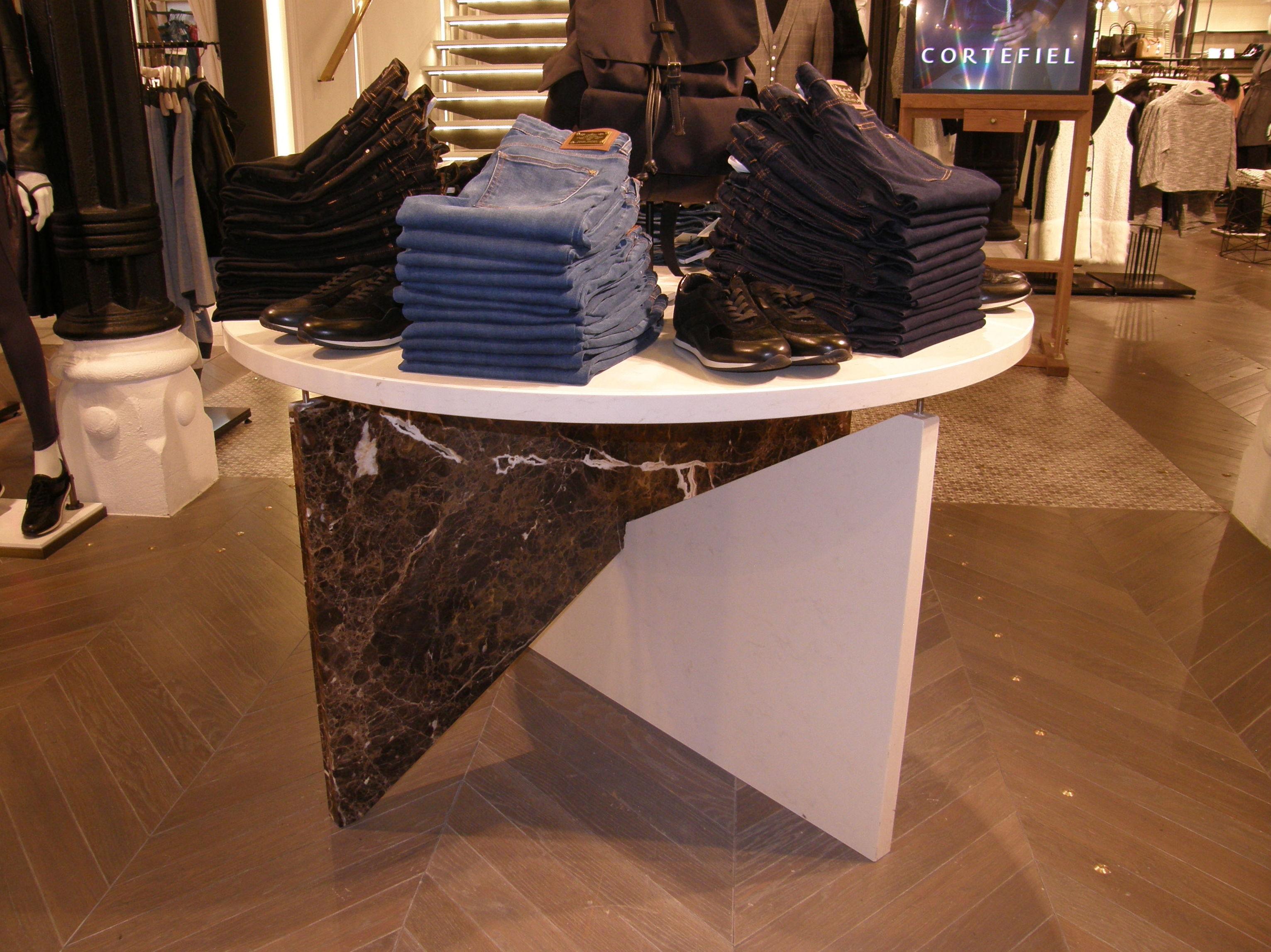 Detalle de mesa para tienda de ropa