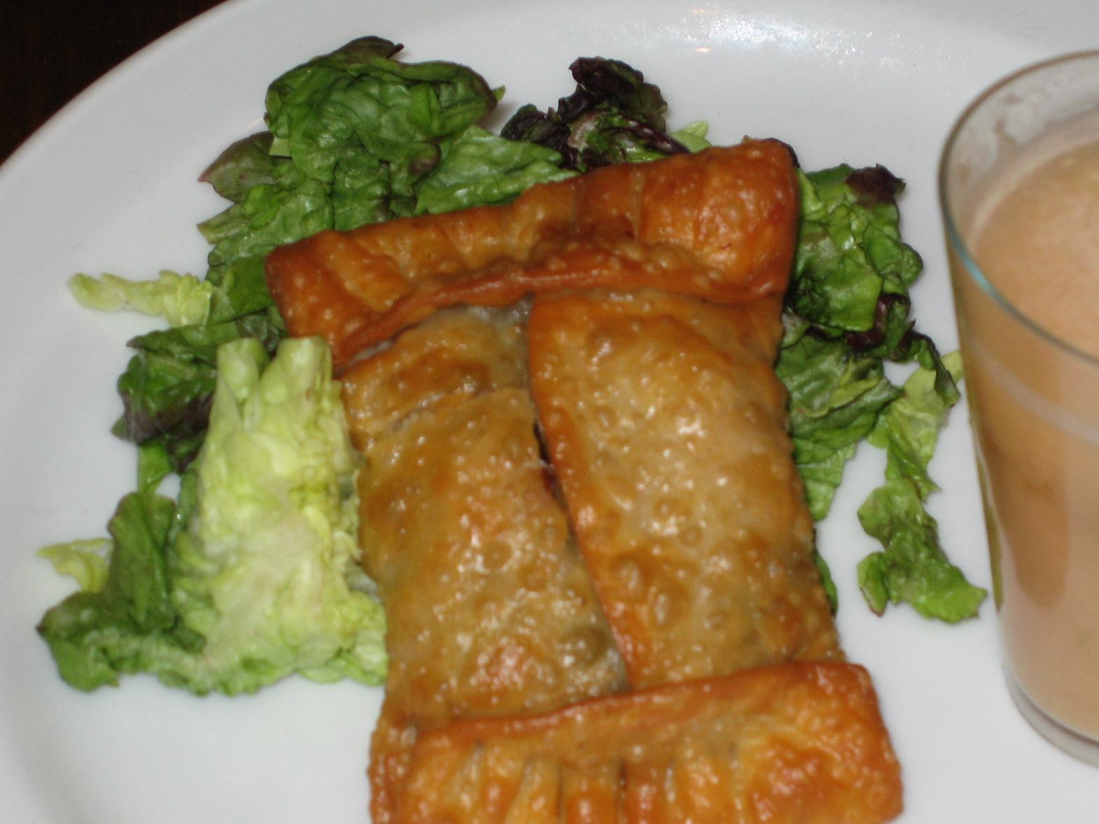 Empanadilla de ensalada de perdiz escabechada con chupito de gazpacho casero