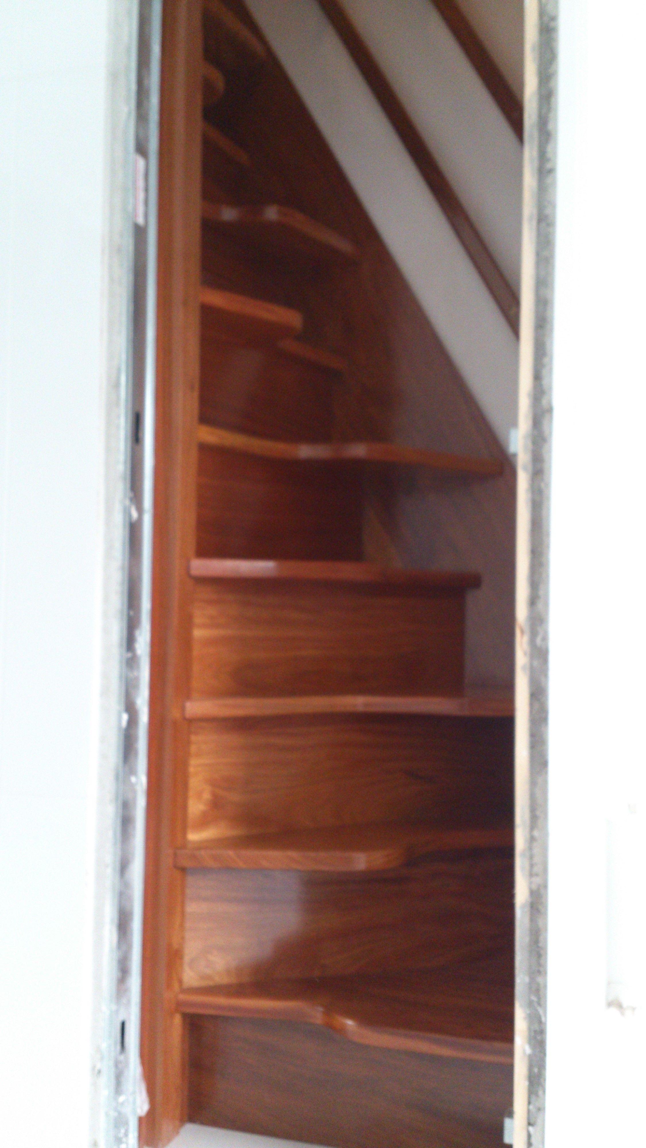 Escaleras con paso japon s para espacios reducidos for Escaleras de madera sencillas