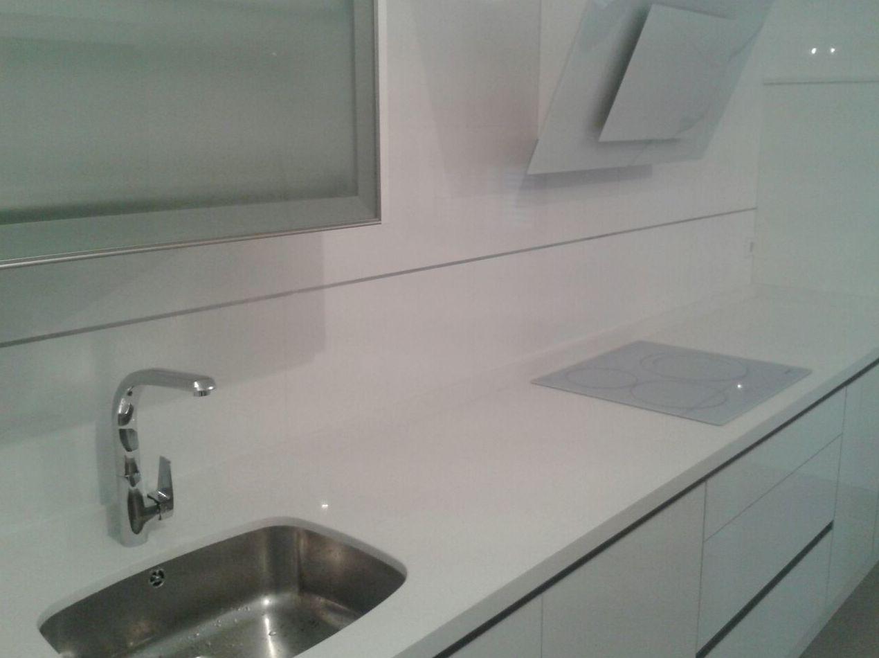 Foto 3 de muebles de ba o y cocina en huelva cocinas houston for Placas de induccion blancas