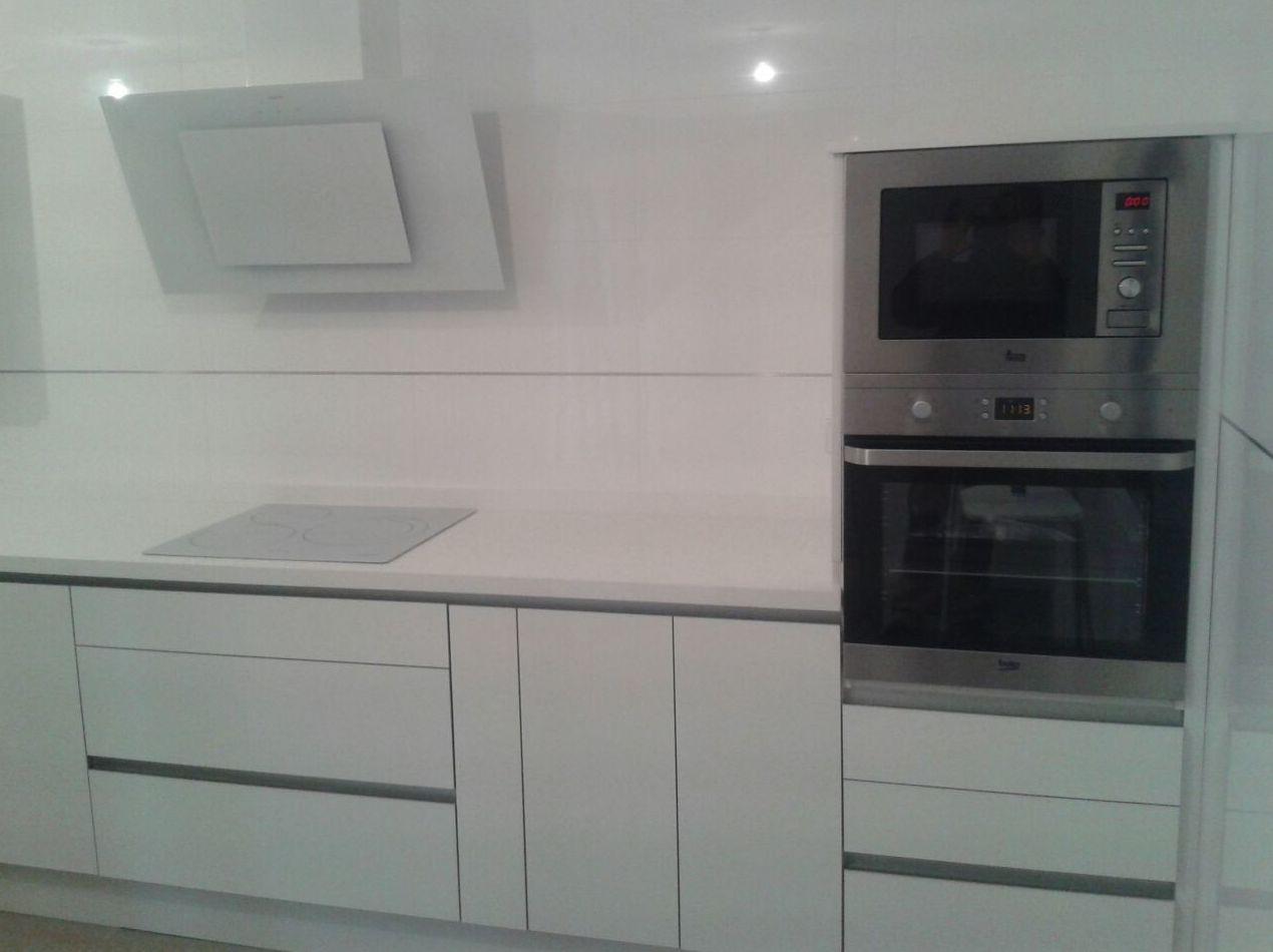 Foto 2 de muebles de ba o y cocina en huelva cocinas houston for Cocinas blancas con electrodomesticos blancos