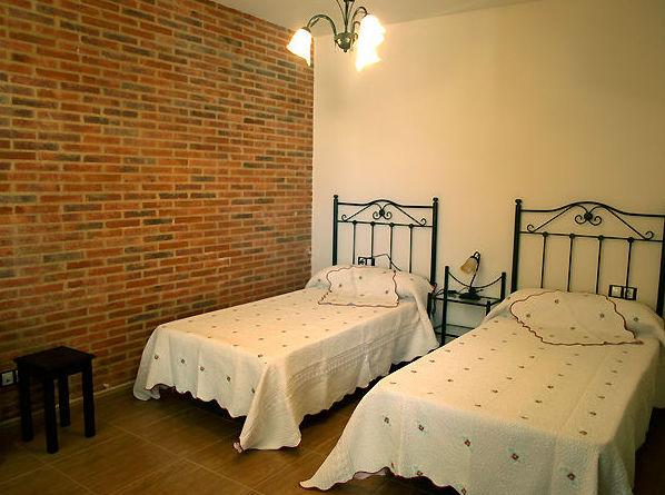 Amplias habitaciones con baño propio, wifi y televisión
