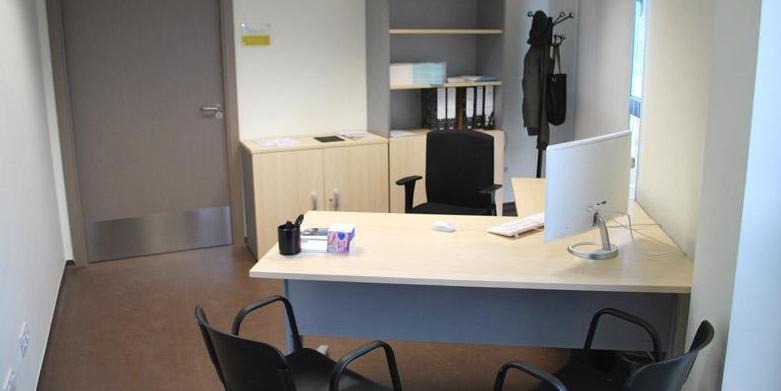 Mesa de despacho con ala y armarios en color haya/aluminio.