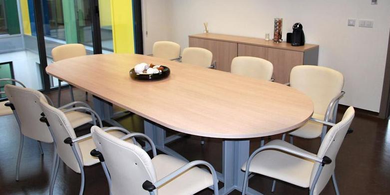 Mesa de reuniones en color haya/aluminio  con 10 sillas con brazos