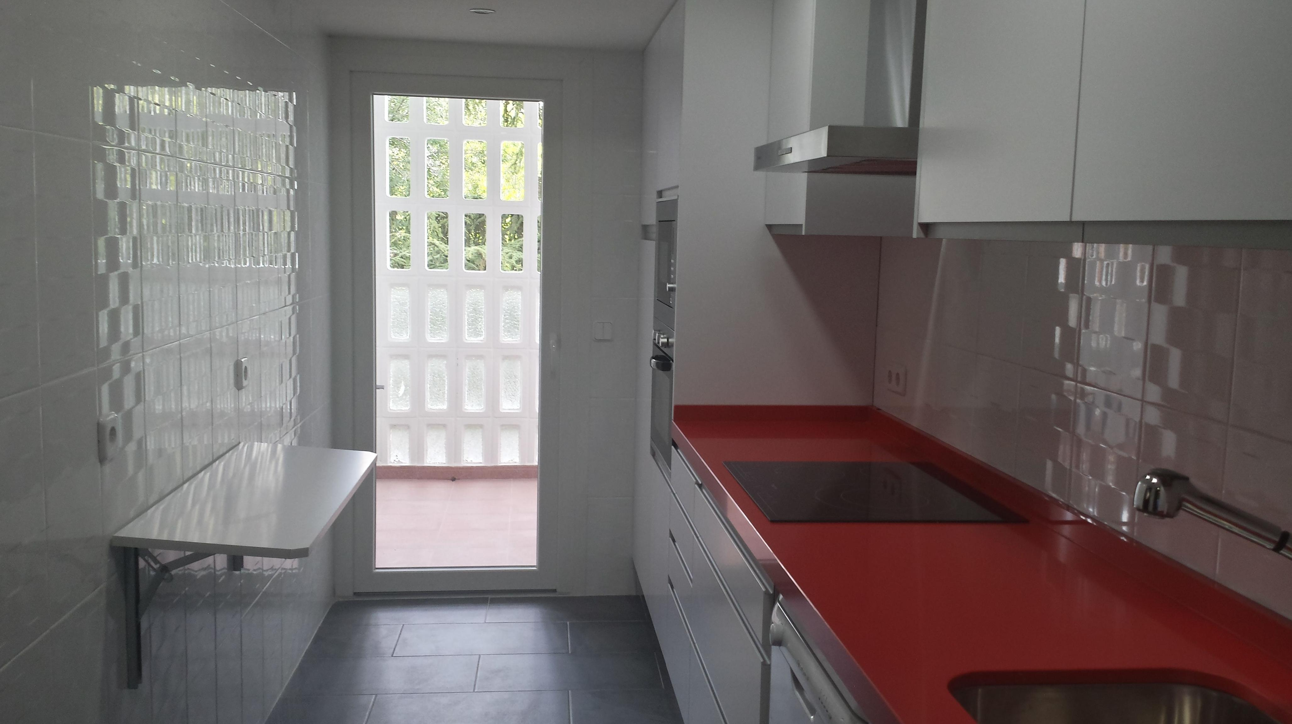 Cocinas en blanco y rojo beautiful mejores imgenes de for Cocina blanca encimera roja