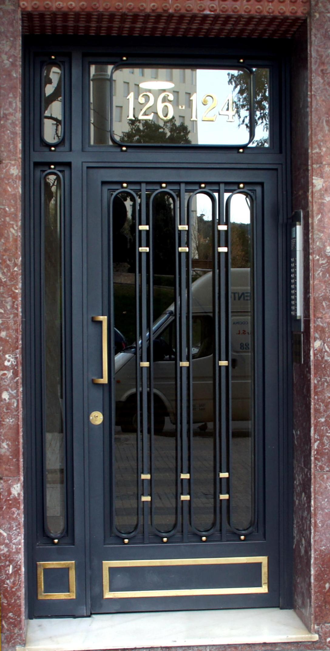 Puertas para ba os de fierro for Modelos de puertas de hierro con vidrio