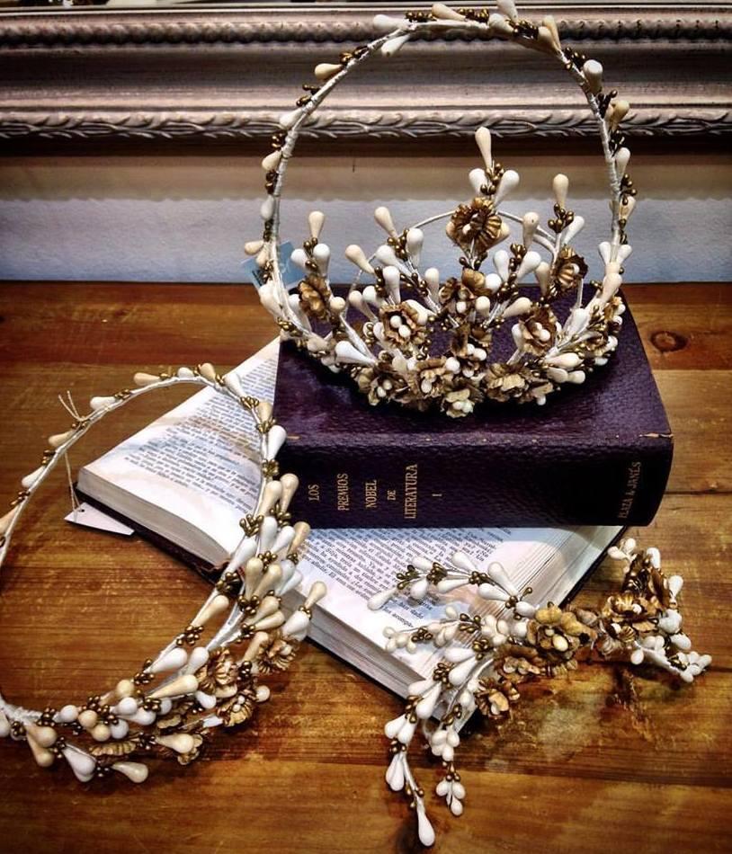 Tocado y coronas en porcelana con semillas y flores en oro