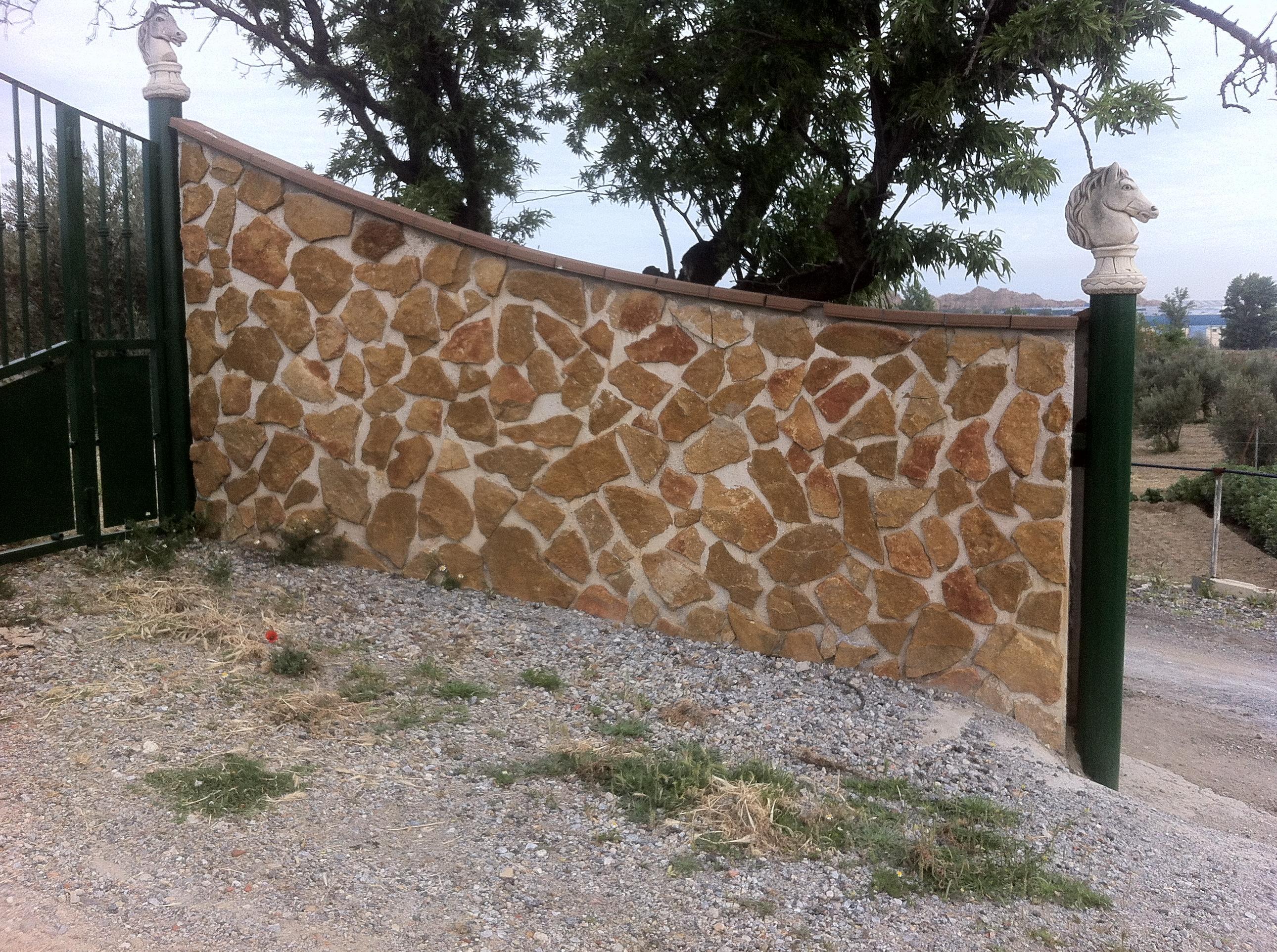 Cerramiento de parcelas con placas acabadas en piedra - Fotos de parcelas ...