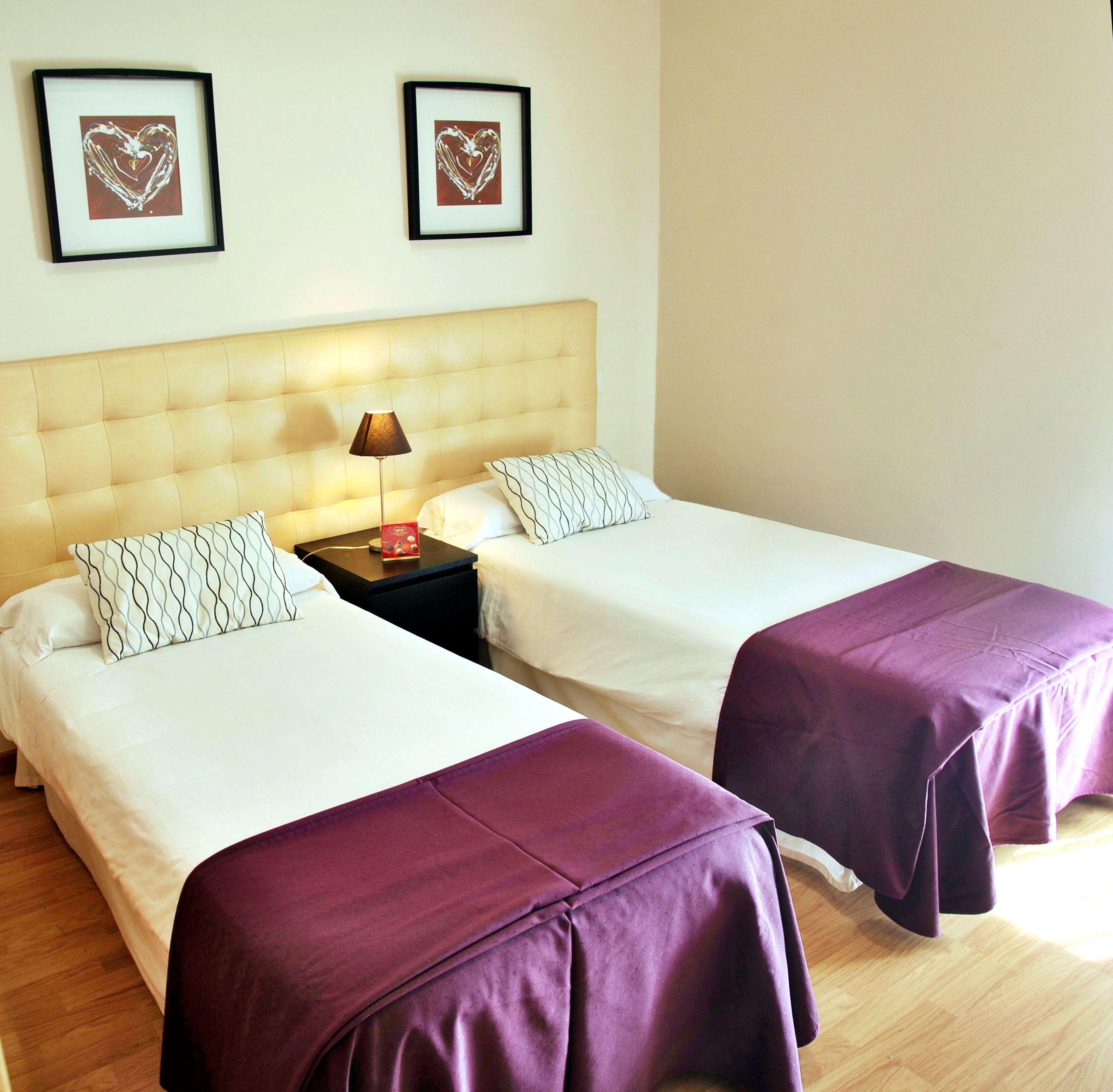 Habitaci n por horas en barajas madrid muy cerca del - Habitacion pequena dos camas ...