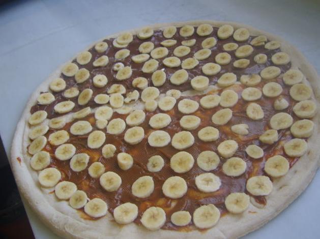 Pizza dulce de crema de leche y plátano