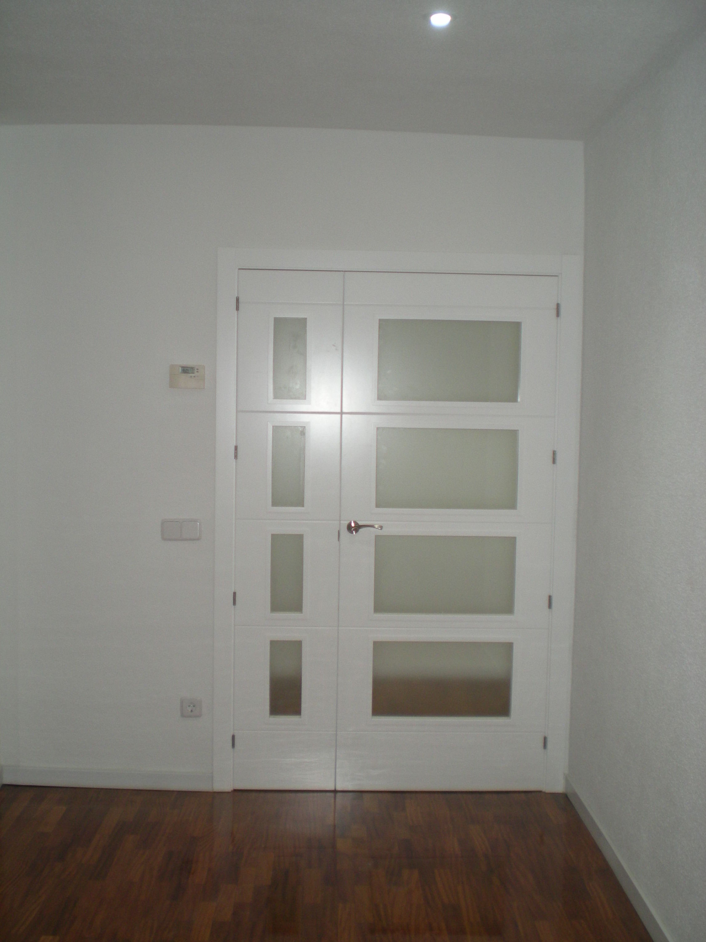 Puerta doble lacada en blanco reformas integrales de - Puertas en blanco ...