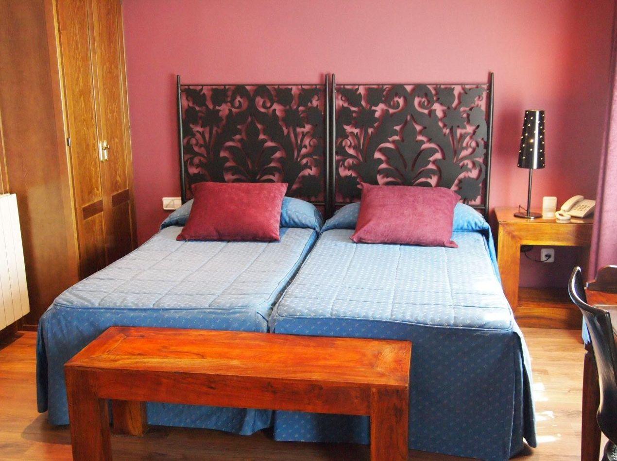 Hostales Segovia. Habitación con cuartos de baño
