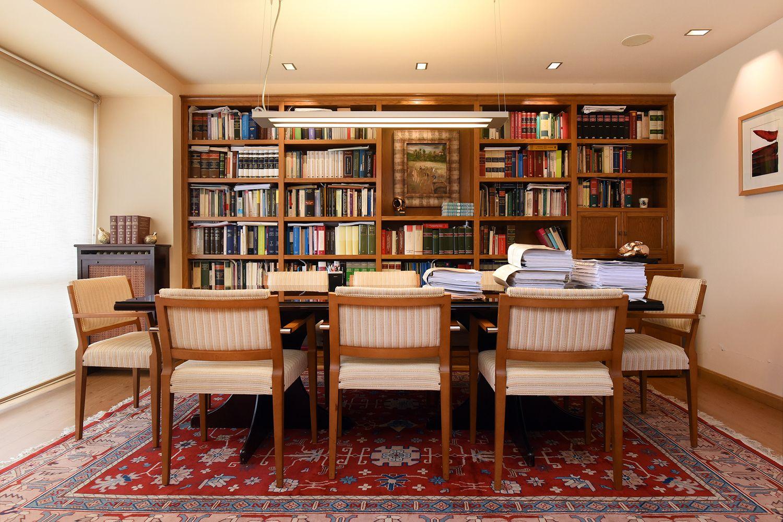Sala con amplio material bibliográfico