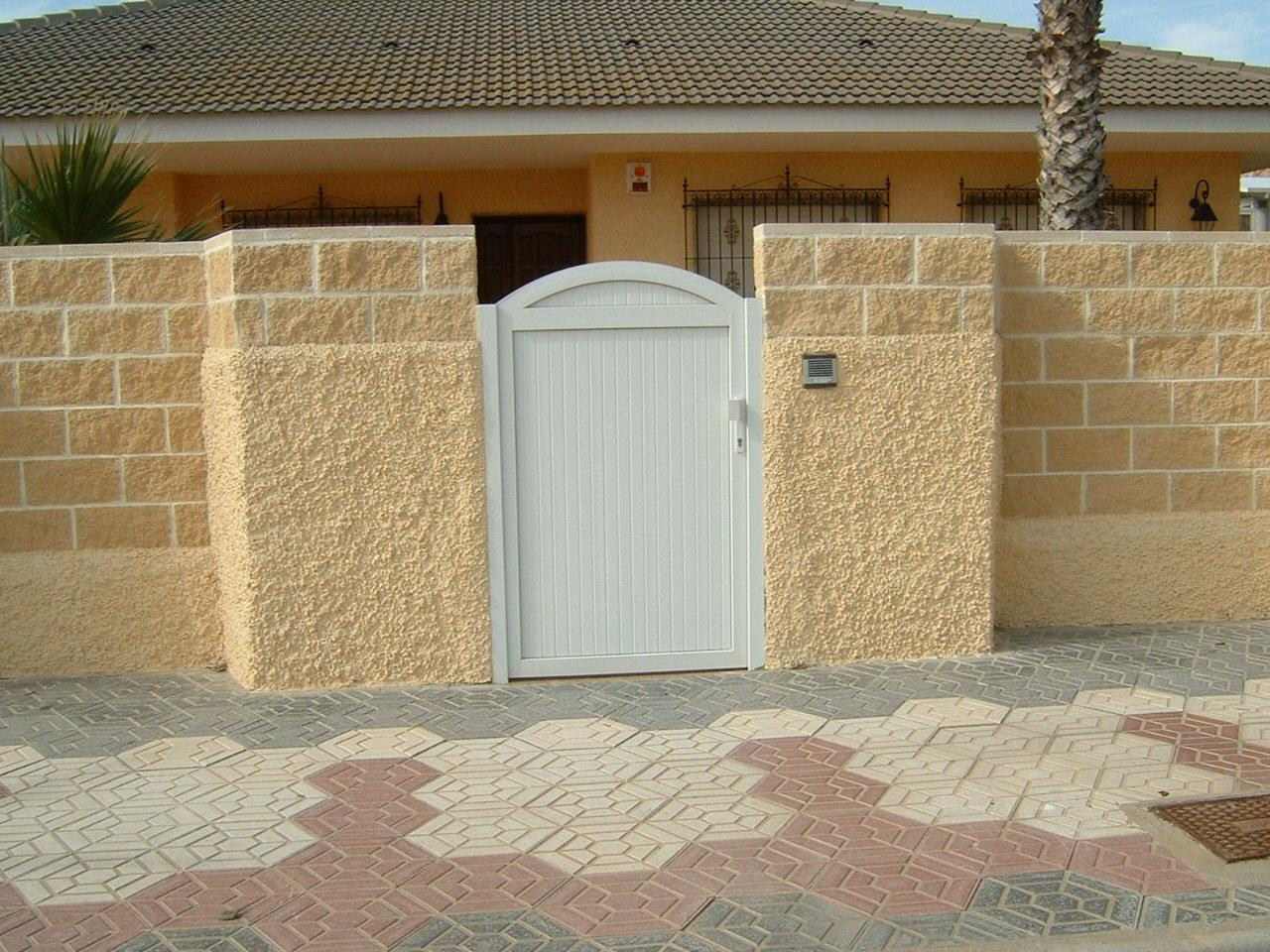 Puerta de jardin con parte superior curva