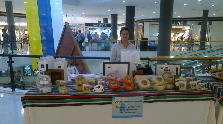 Exposición de quesos en centro ocmerecial