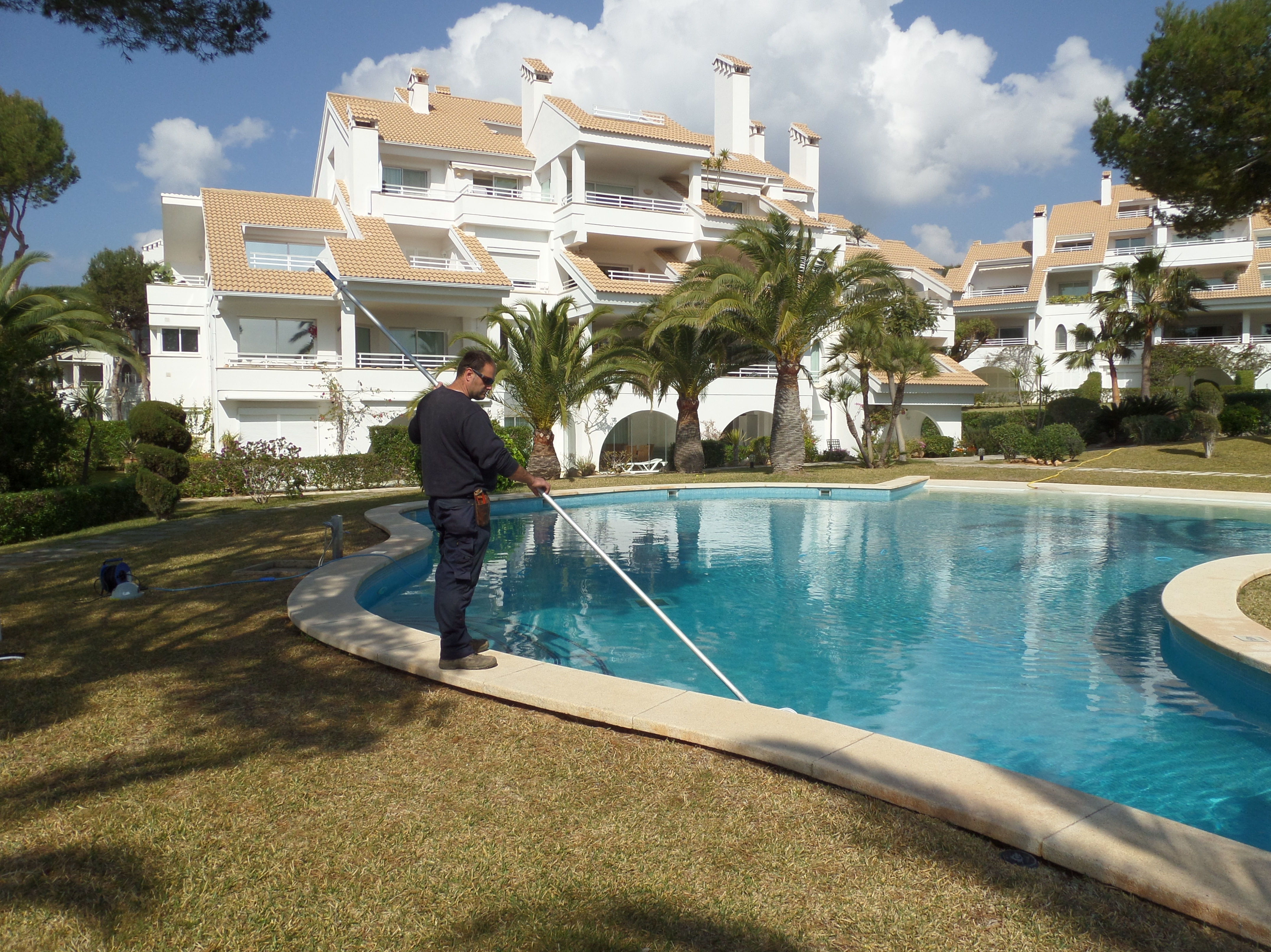 limpieza y tratamiento de piscinas exteriores y climatizadas