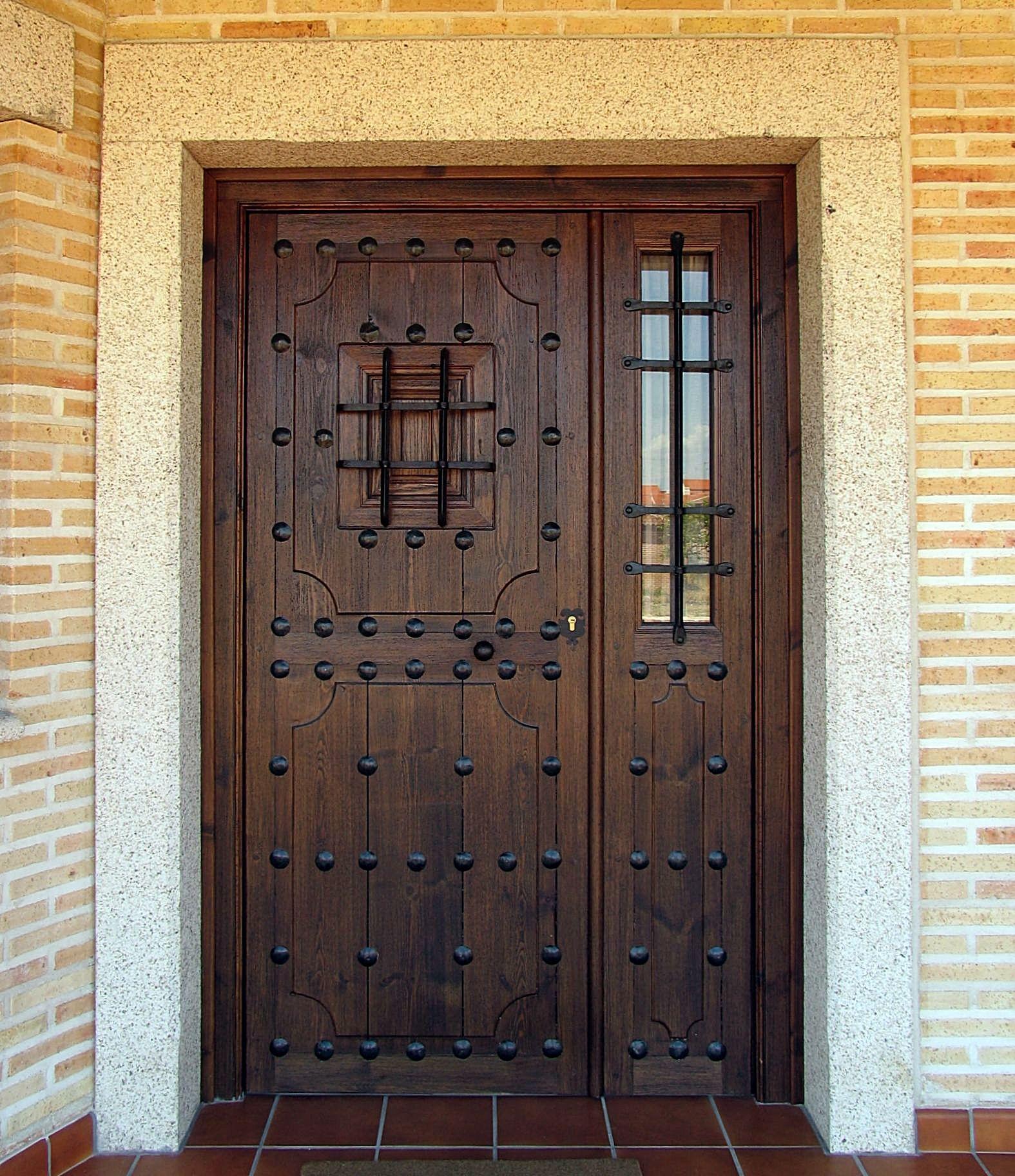 Puertas rsticas de madera de roble maciza con forja for Puertas de roble