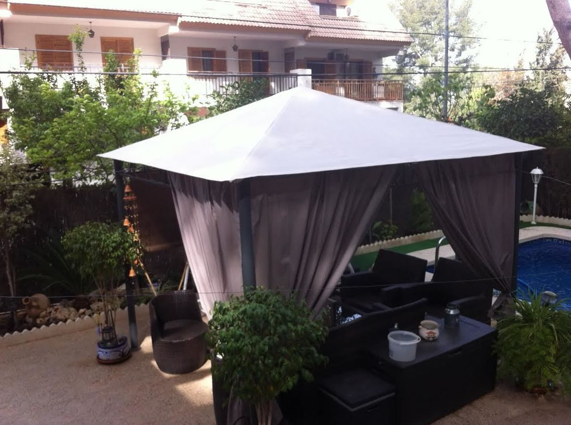 Los toldos para patios en murcia toldos gea for Carpas de madera para jardin