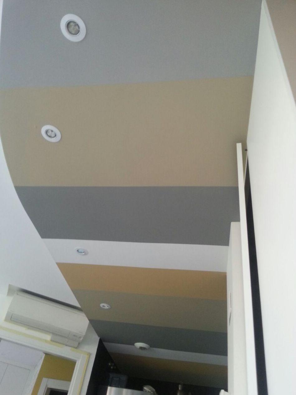 Falso techo decorado a rayas