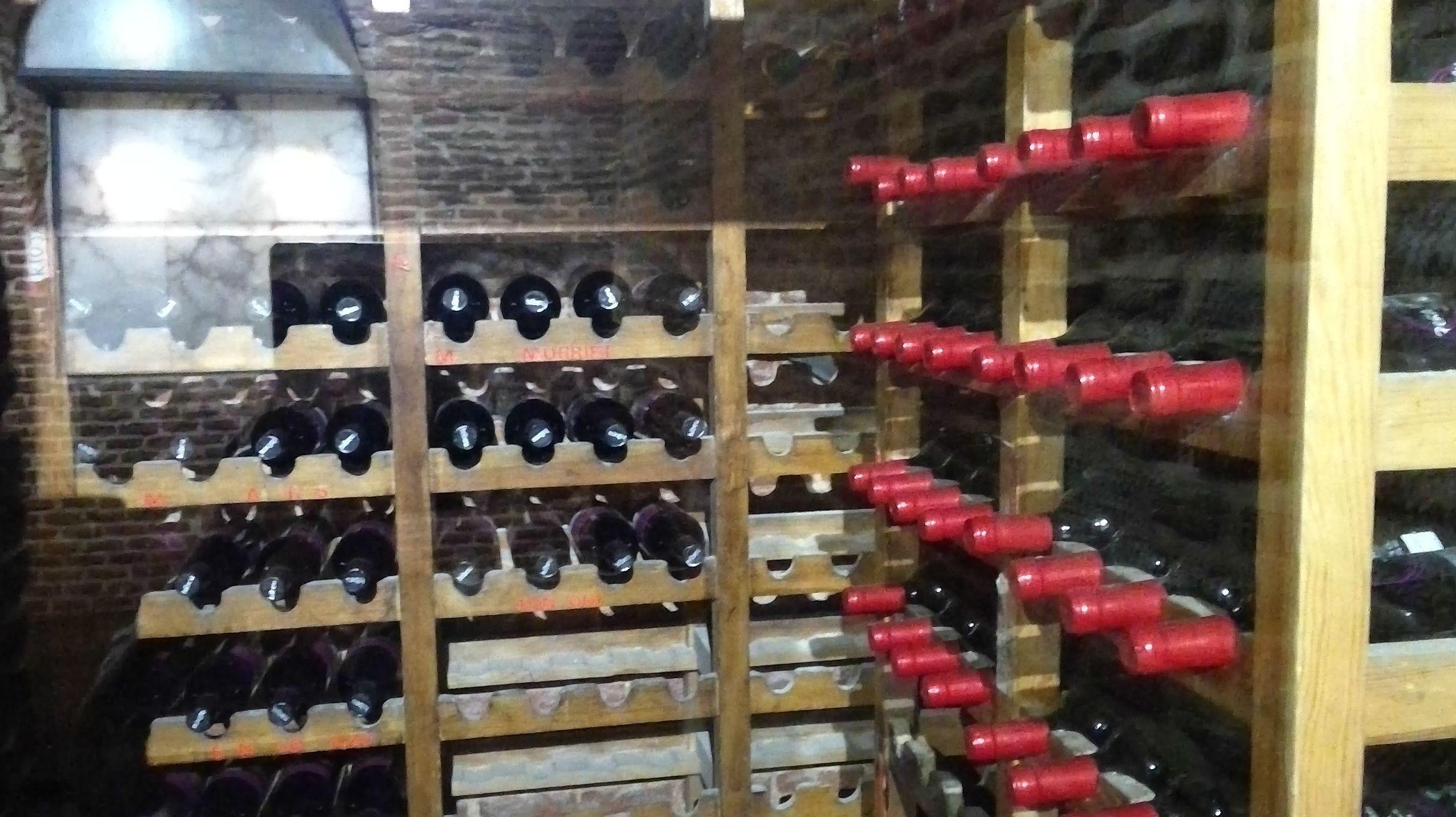 Amplia bodega de vinos