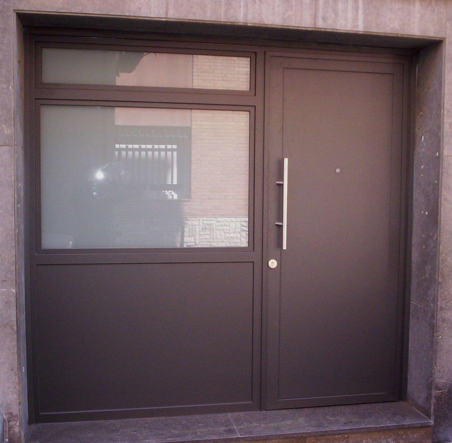 Puertas para comunidades en barcelona puertas miret - Puertas de exterior metalicas ...