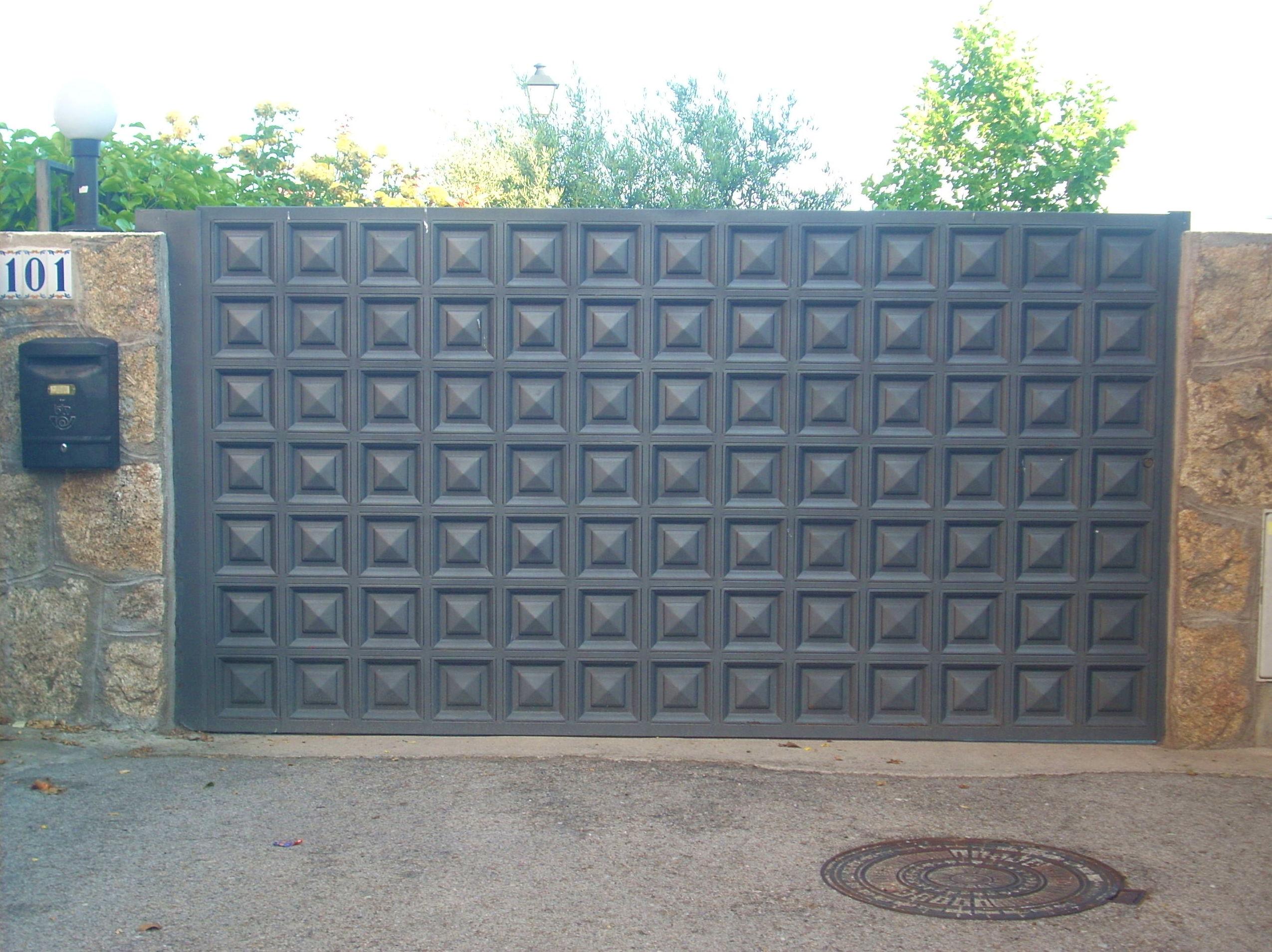 Puertas metalicas de carruajes nuestros trabajos de - Modelos de puertas metalicas para casas ...