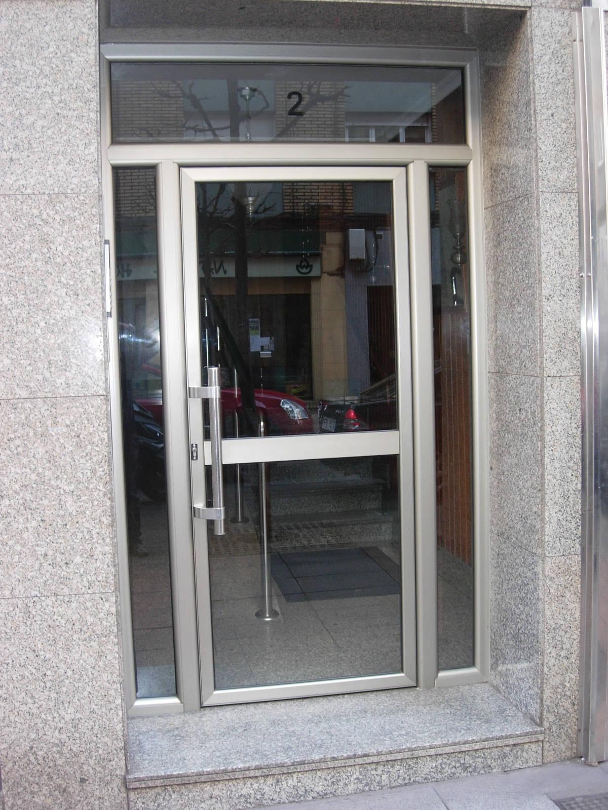 Puertas de portales cat logo de carpinter a de aluminio y - Cristaleras de aluminio ...
