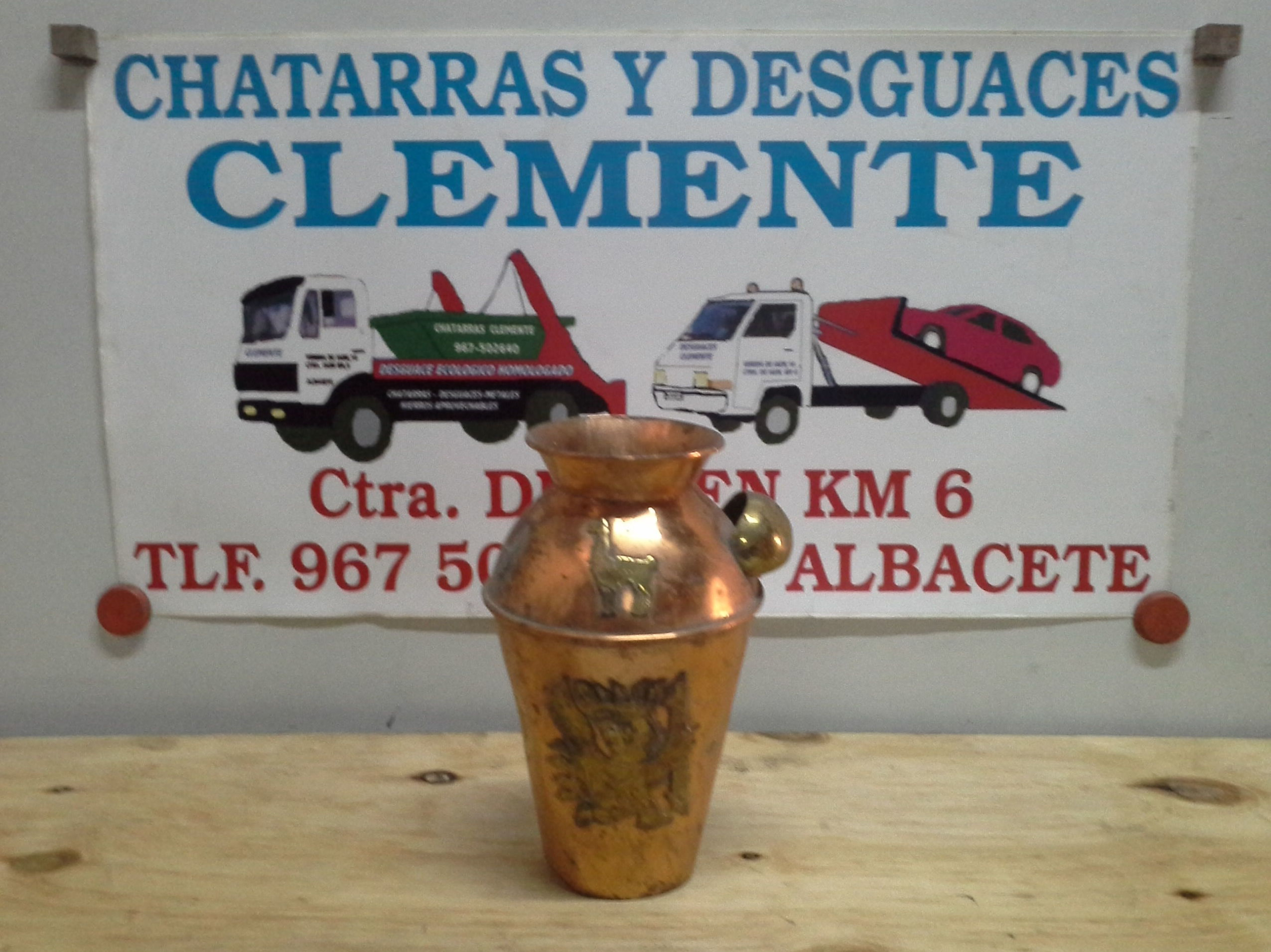Vasija de cobre con detallss en laton en desguaces clemente de Albacete