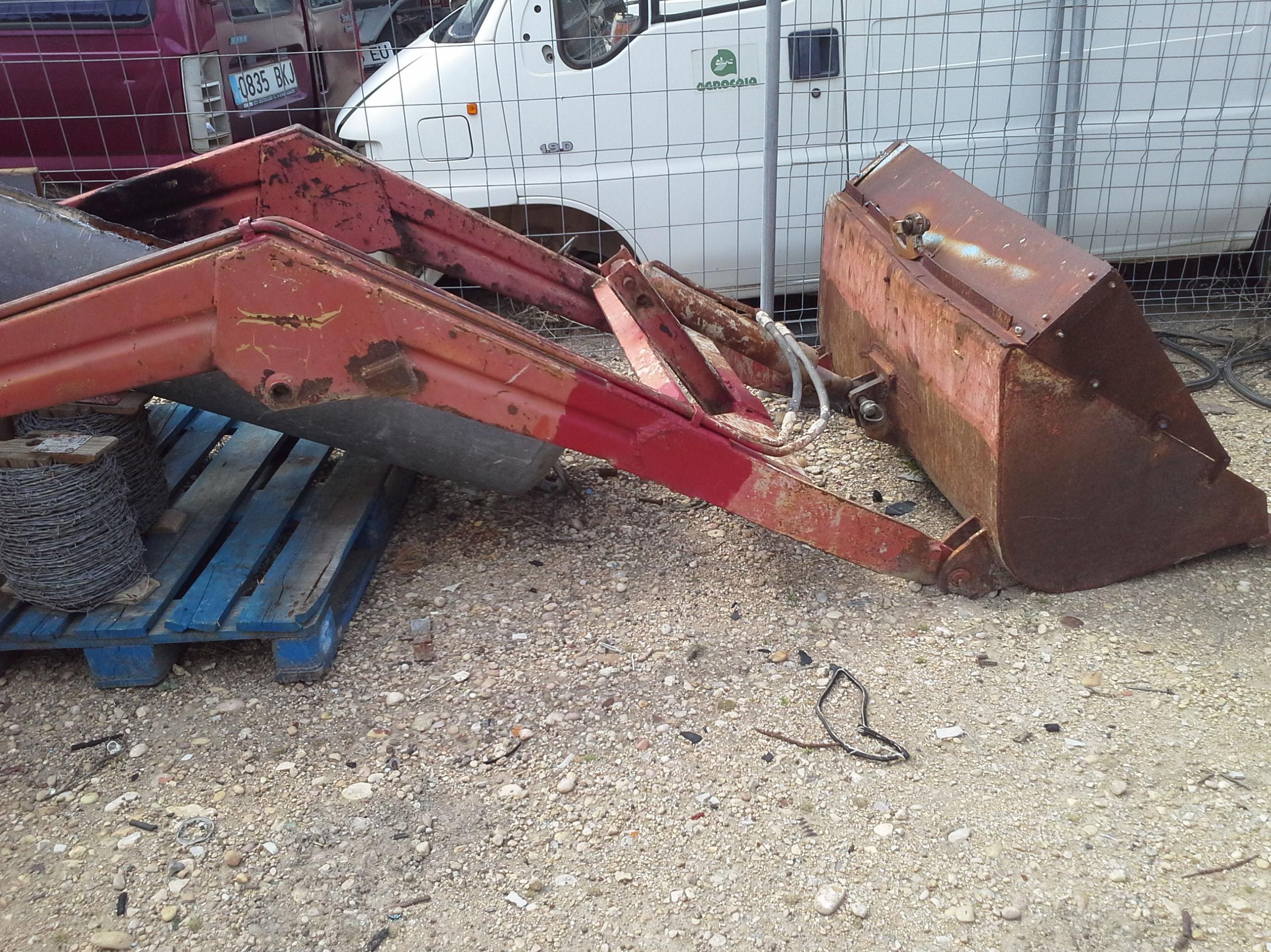 Pala de tractor en Chatarras Clemente de Albacete