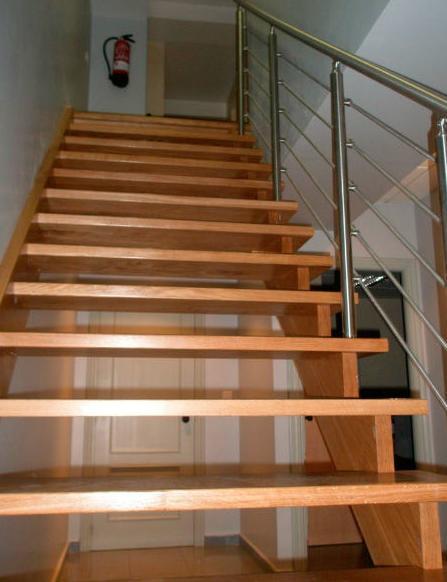 baranda en acero inoxidable sobre escalera de roble